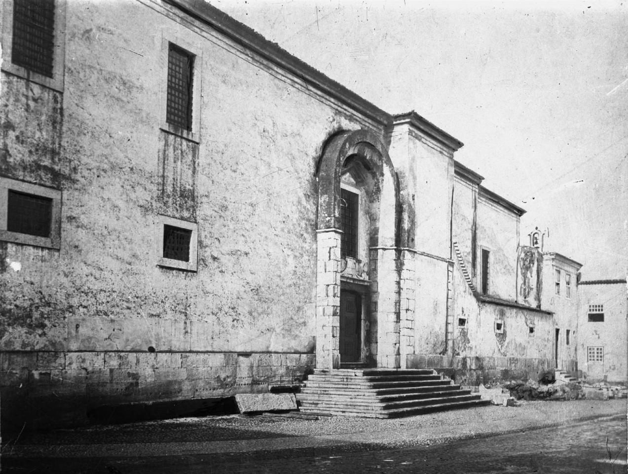 Igreja do Convento de Santana, porta lateral para