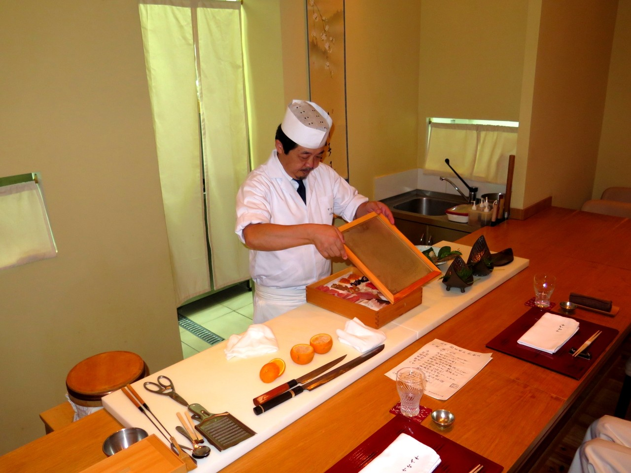 Tomoaki e o balcão de 8 lugares do KANAZAWA