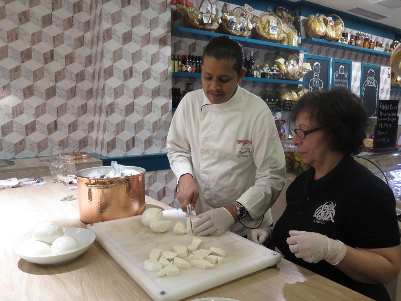 Na mesa comunal, Tanka Sapkota e a mozzarella de búfala