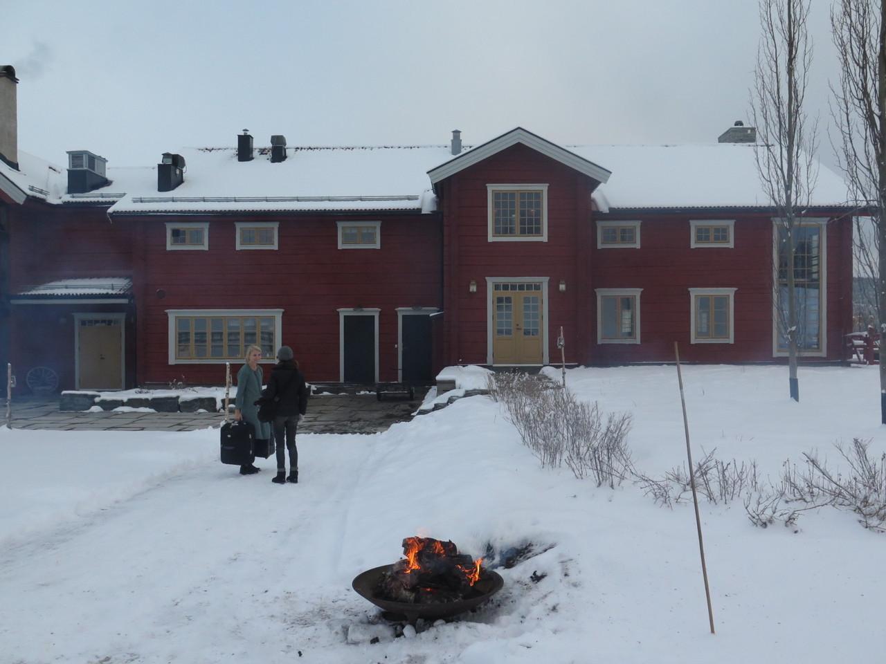 E do interior do FÄVIKEN surgiu uma simpática senhora, loura e sem frio, que nos levou para dentro de casa
