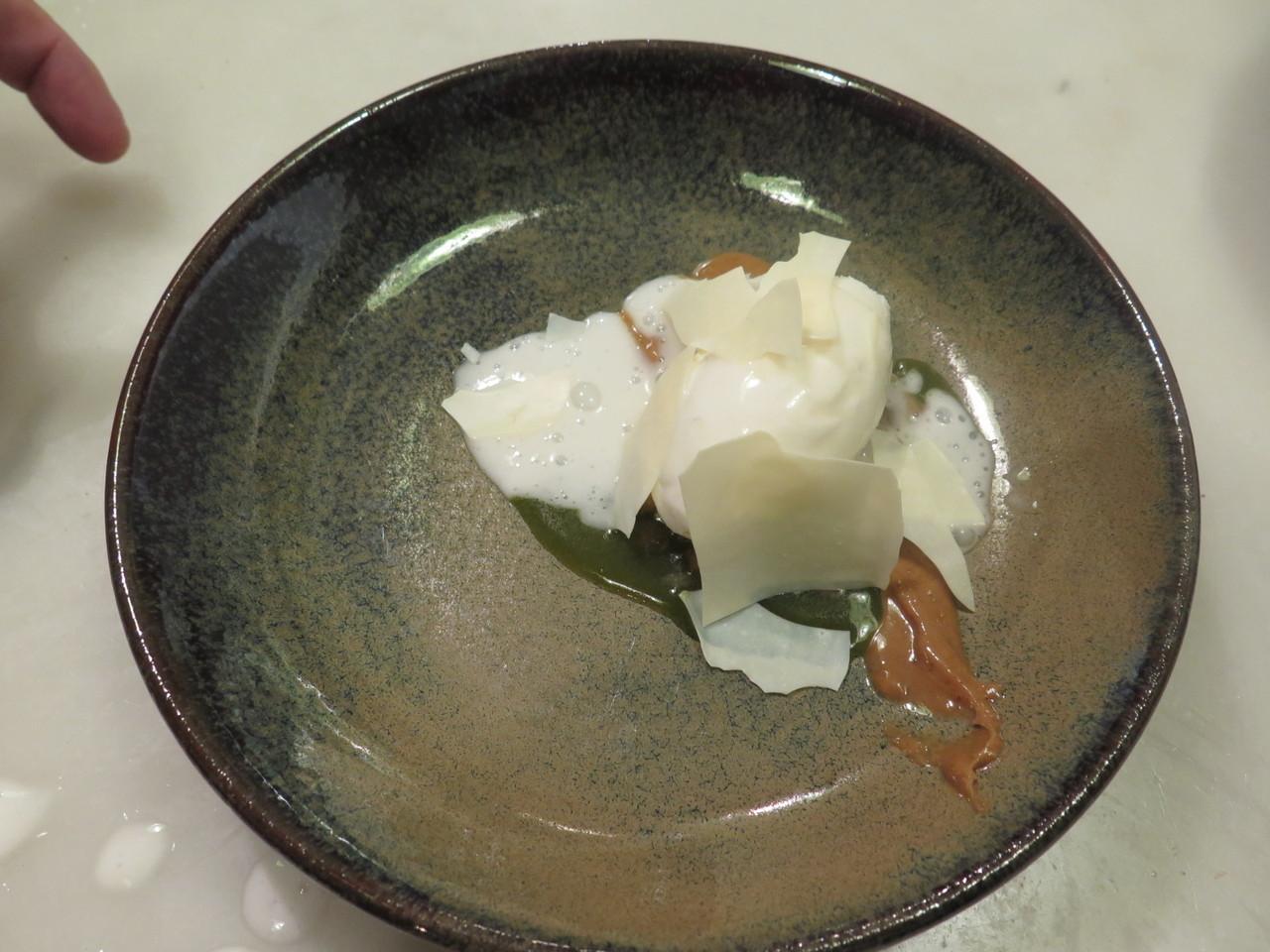 Morangos verdes, iogurte, espuminha de batatinha – Hugo Brito