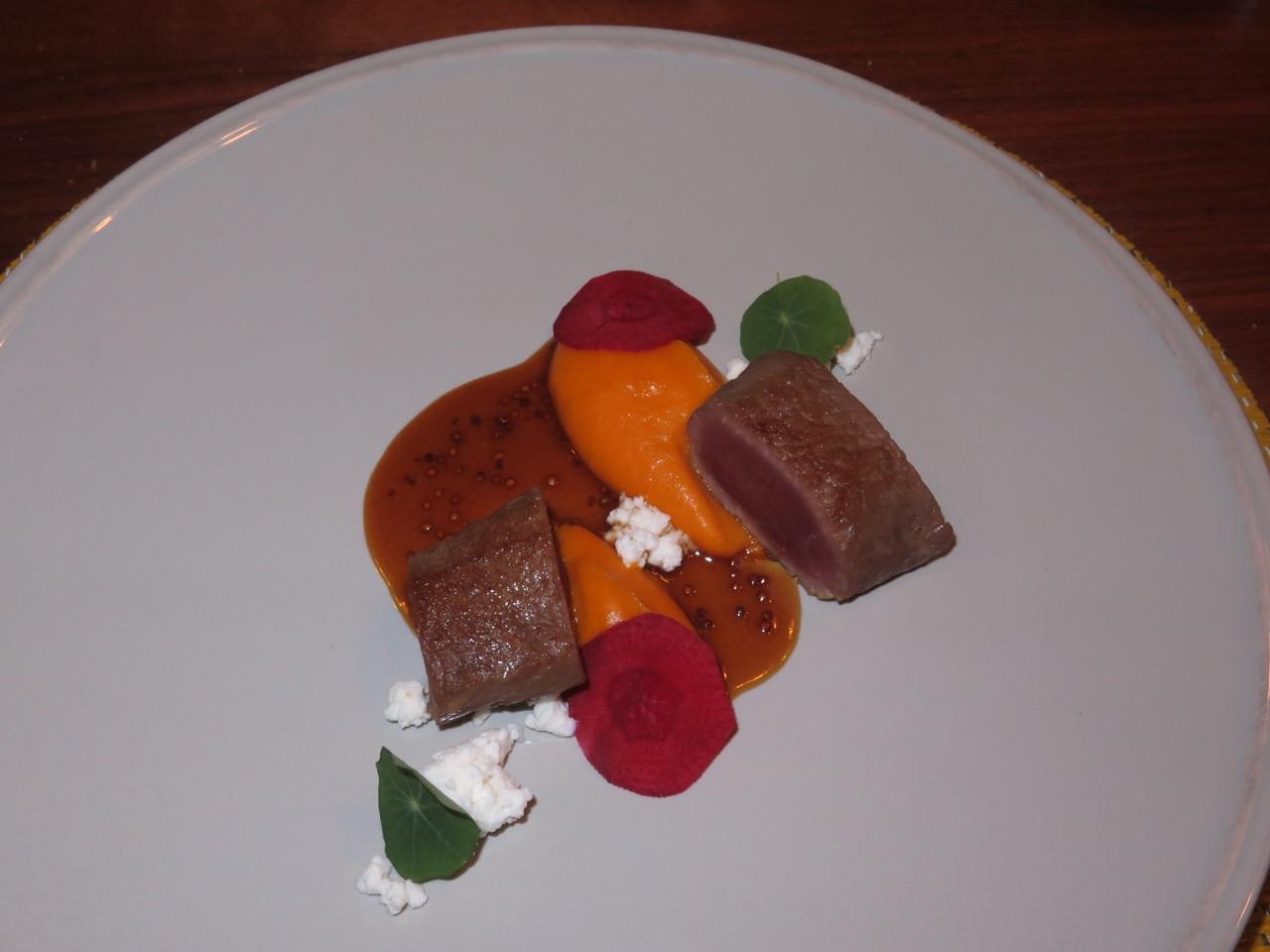 Lombo de borrego, puré de cenoura algarvia e molho de mostarda