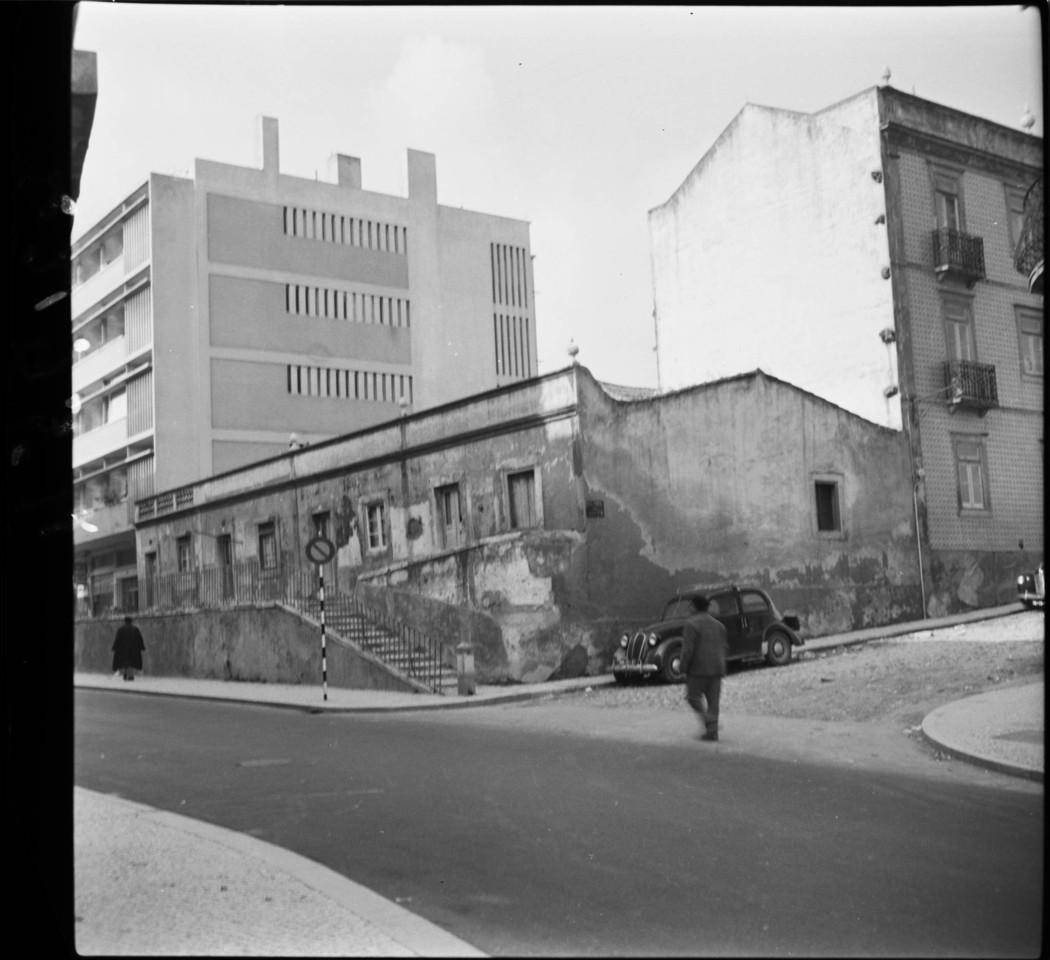 Rua Barão de Sabrosa no entroncamento da Calçada da Ladeira, Alto do Pina (A.J.Fernandes, 1964)