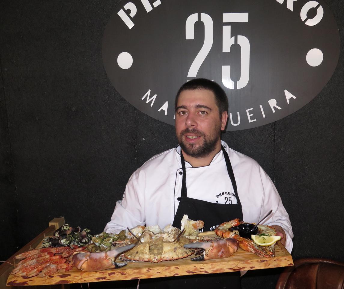 João Diogo Mendes e a famosa tábua de marisco do PESQUEIRO 25… que também está incluída no brunch