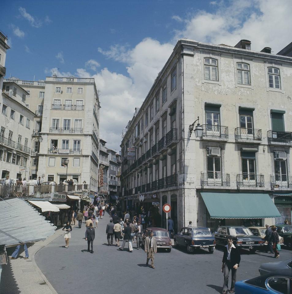 Rua de Barros Queirós com portugueses, Lisboa (A. Pastor, 1973)