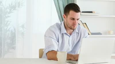 Homem a procurar online