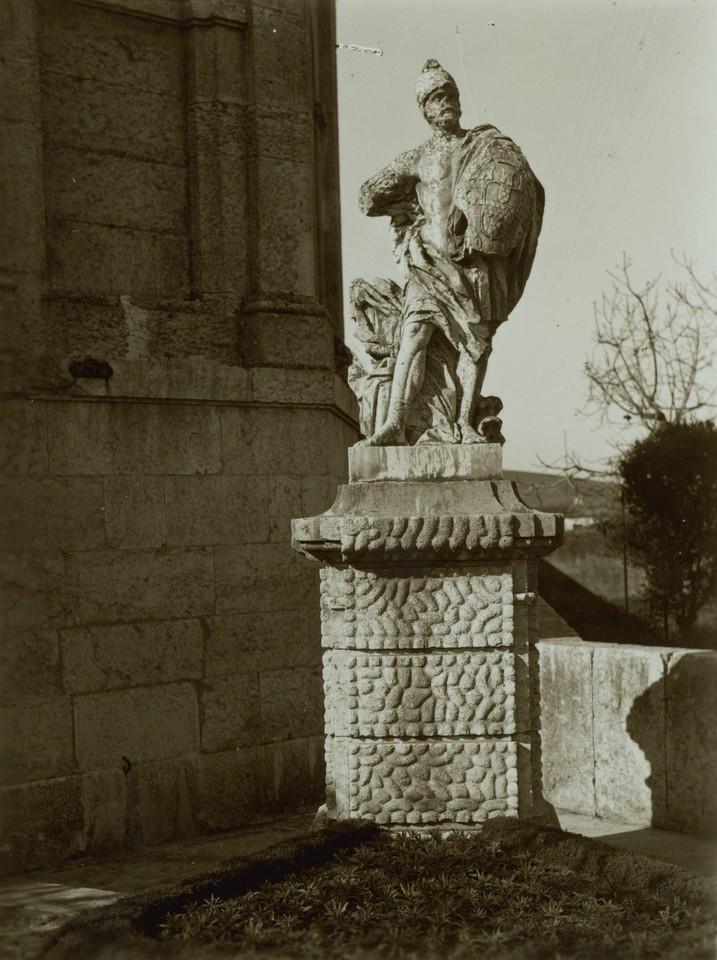 O Guerreiro, estátua colocada na entrada do aqued