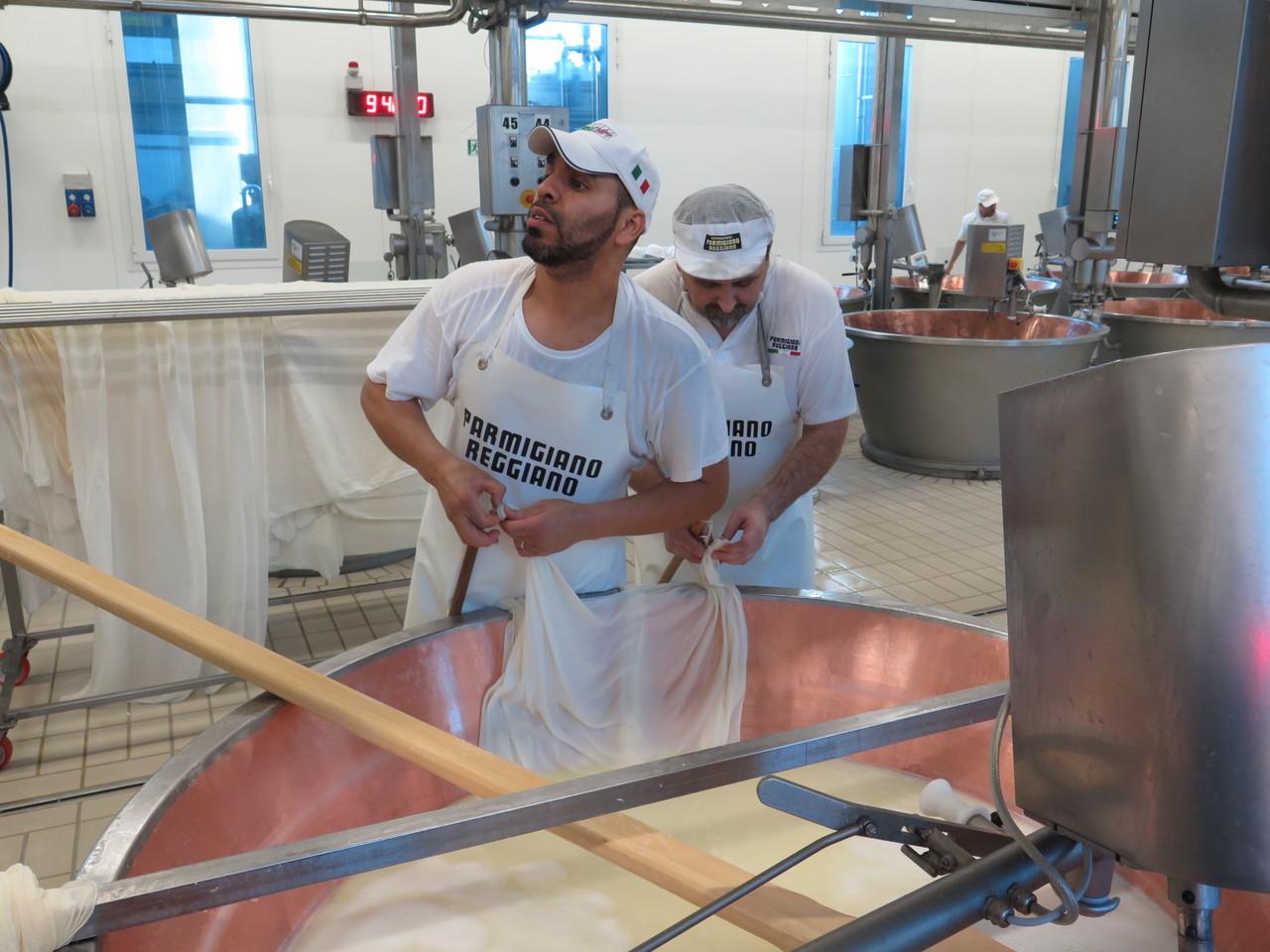 A produção do queijo Parmigiano Reggiano na queijaria 4 Madonne, em Modena