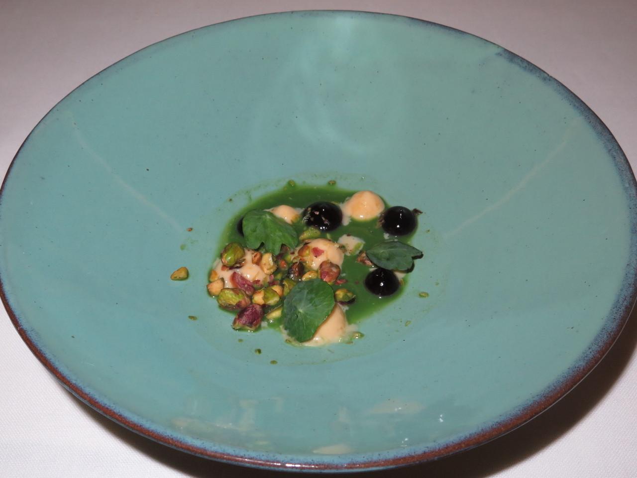Leite creme de foie gras, com puré de cereja do Fundão e jus de coentros