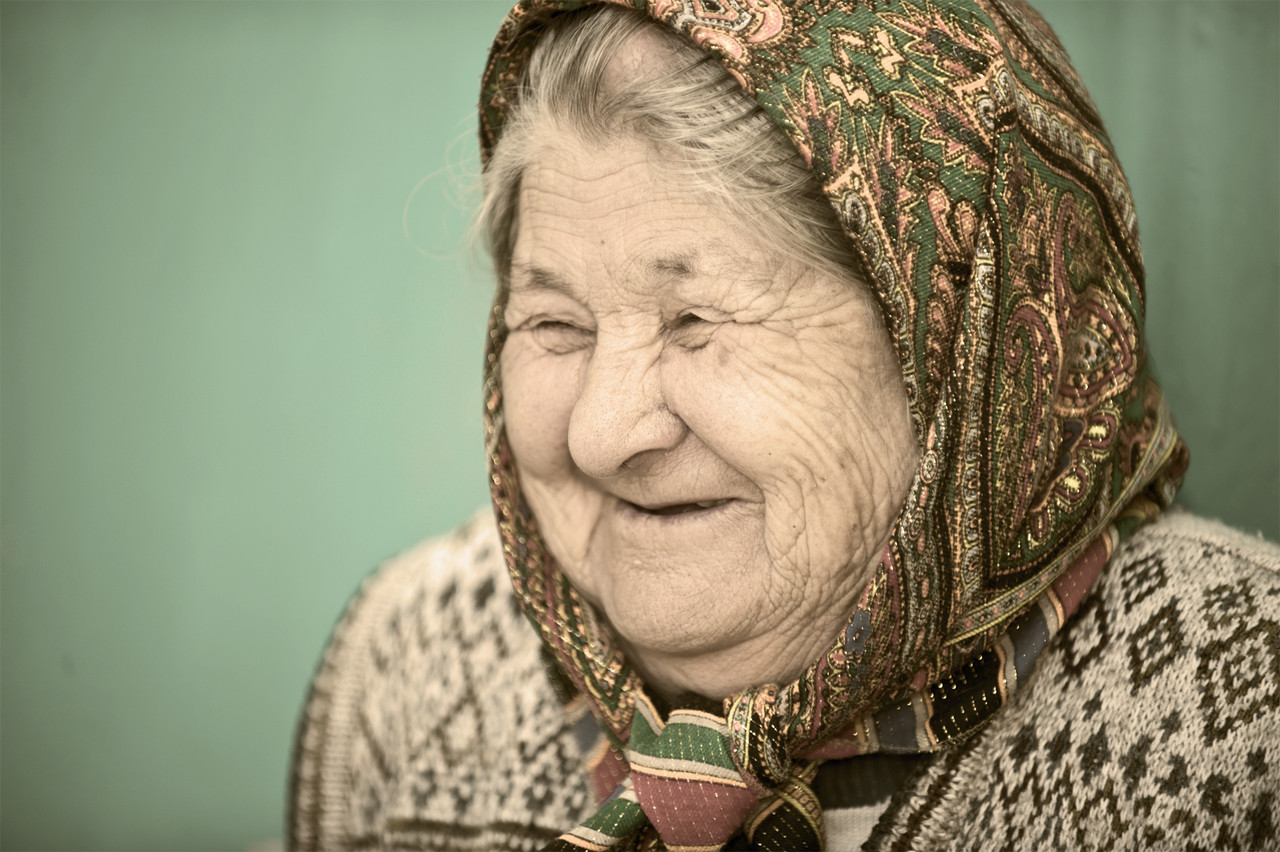 Old_woman_in_Kyrgyzstan_(2010).jpeg