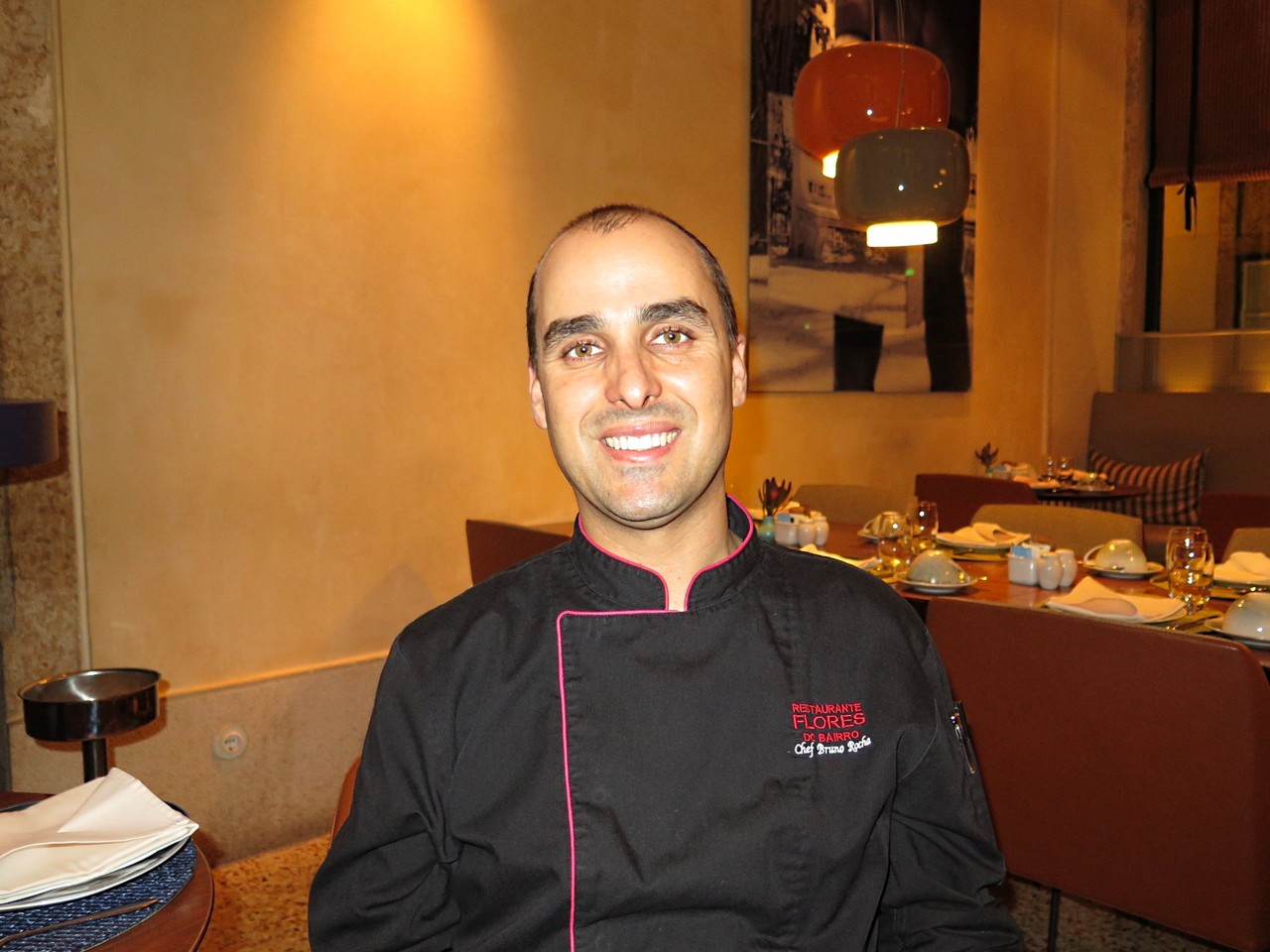 Bruno Rocha na sala do FLORES DO BAIRRO, no Bairro Alto Hotel