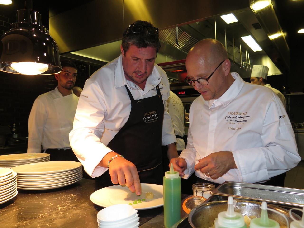 Claude Bosi explicando o prato a Heinz Beck