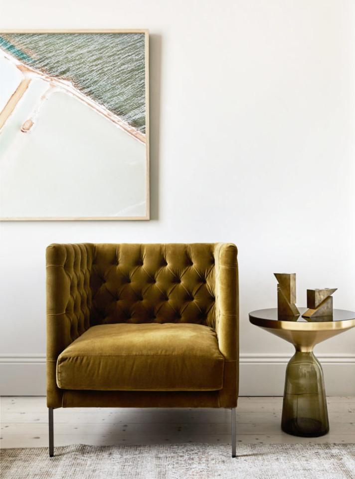 vintage-gold-velvet-tufted-chair-in-the-living-roo