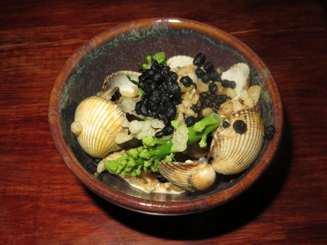 Berbigão de Aveiro, broccolini, tempura de tinta de (pata) choco – Hugo Brito