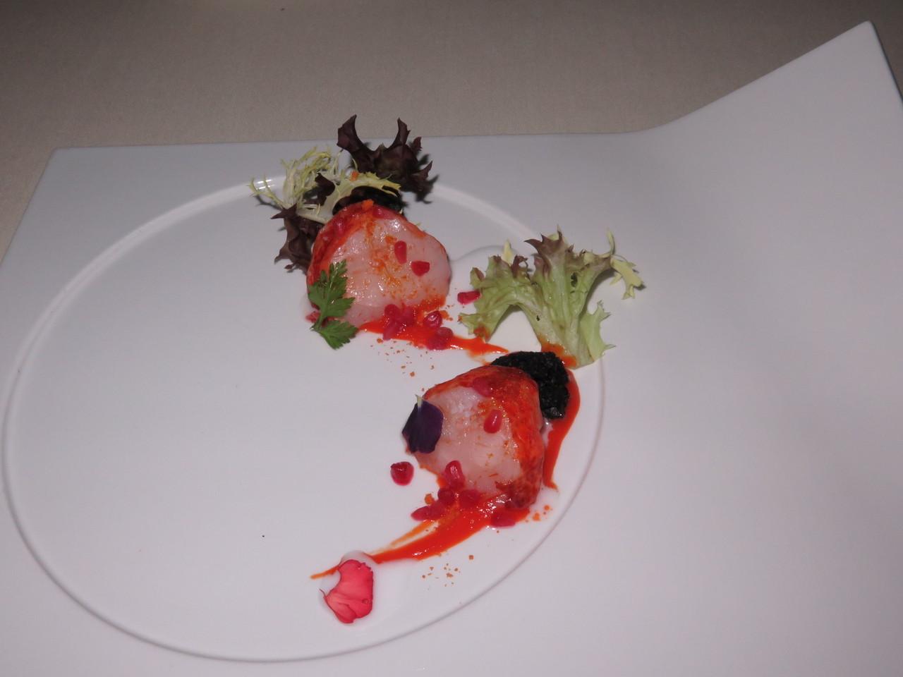 Medalhões de Lagosta em creme de pimentos vermelhos, creme de coco, esponja de azeitonas… e framboesas