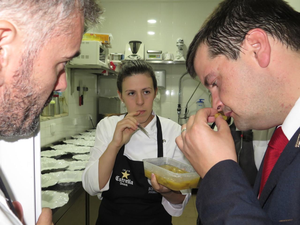 Nadia Carrasco dando a provar a Alexandre Silva e João Chambel a beringela