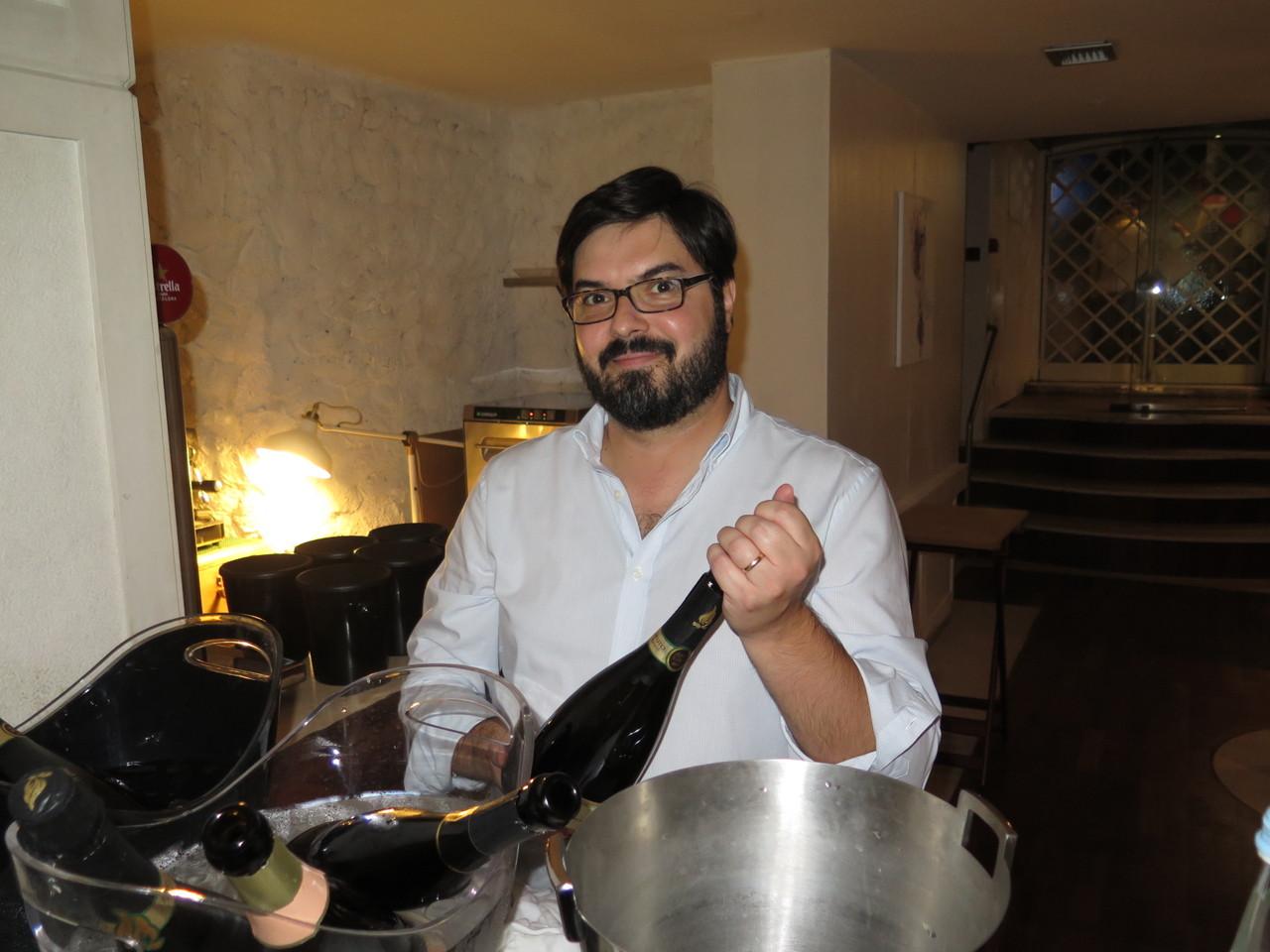Luís Gradíssimo preparando os espumantes que iriam acompanhar o jantar