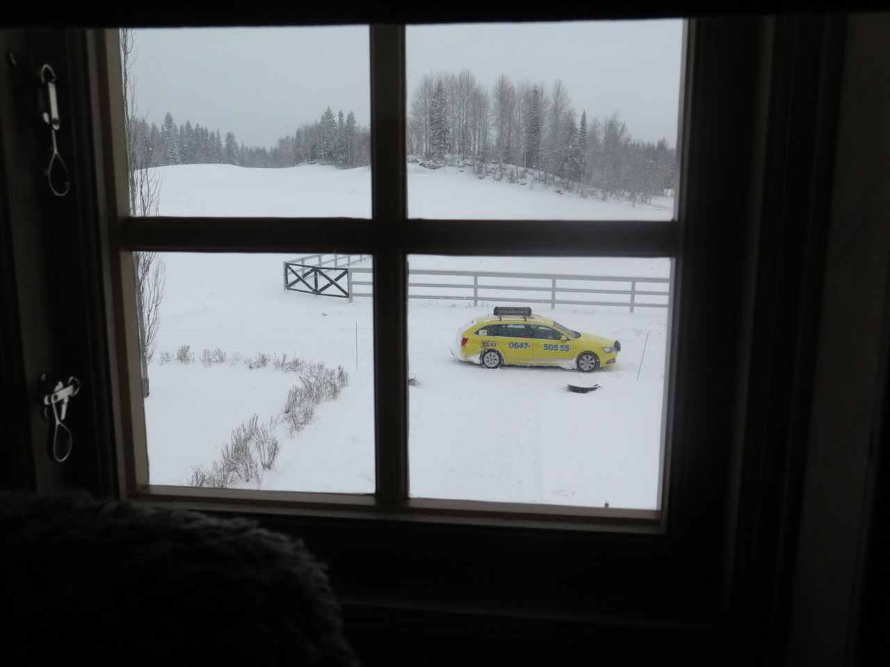 O táxi que nos veio buscar, visto da janela do quarto
