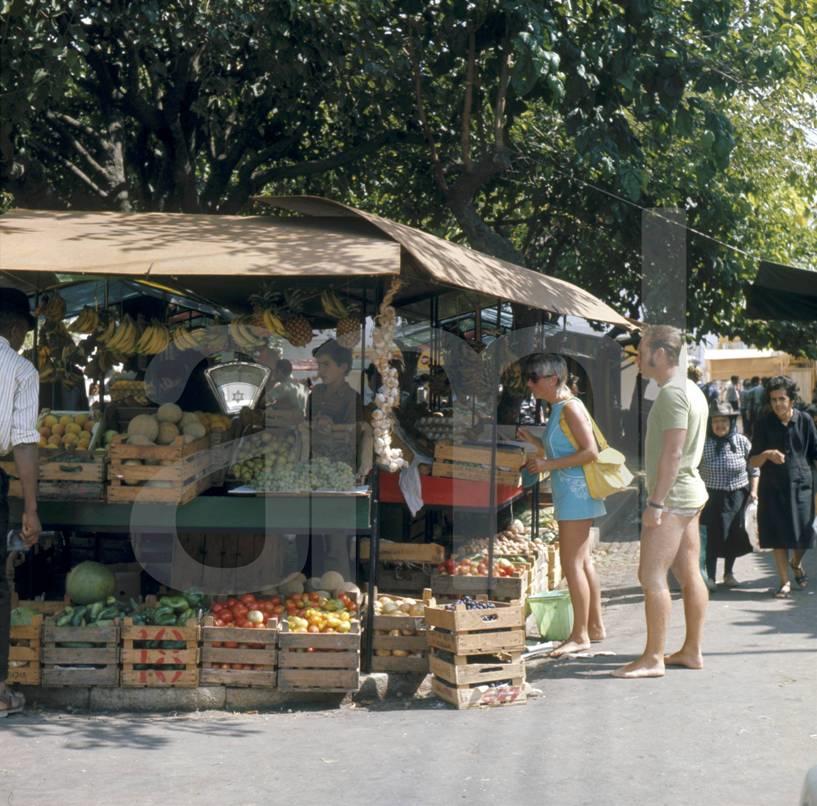 Mercado de rua, Albufeira (A. Pastor, 198...)