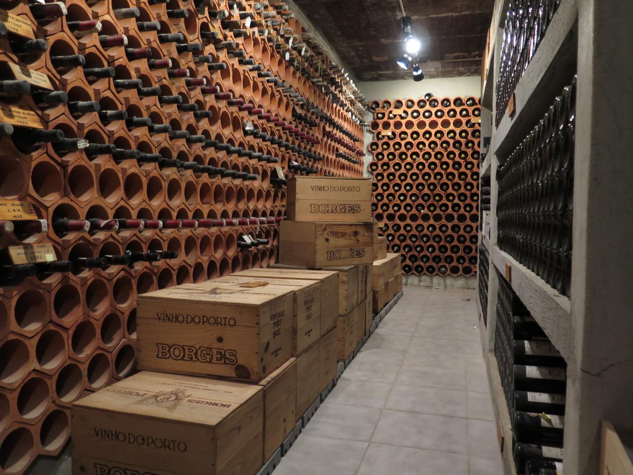 A garrafeira do histórico restaurante do Guincho é um labirinto
