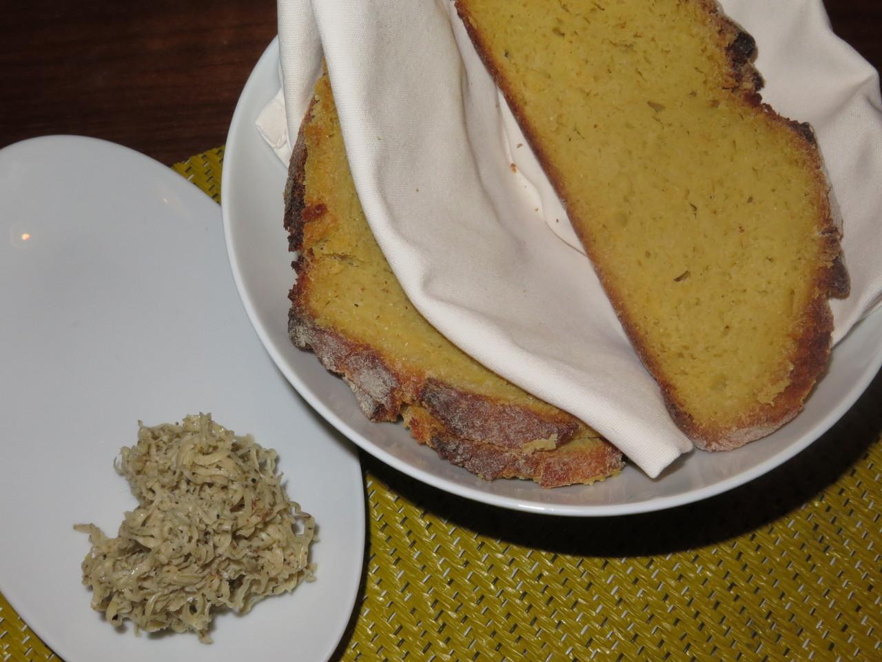 A LAMPREIA SECA, com broa de milho, manteiga e pele de galinha