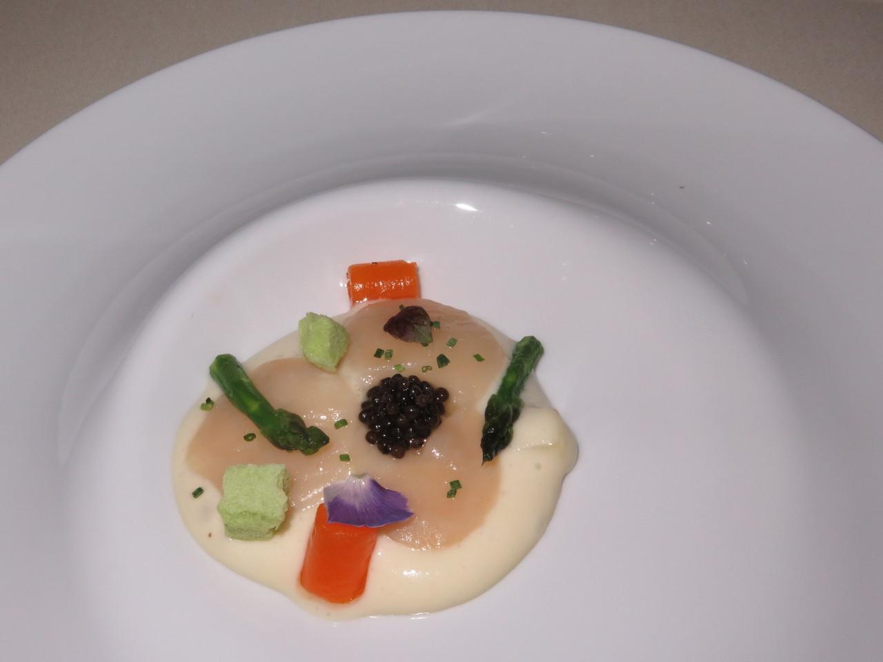 Carpaccio de vieiras em espuma de batata fumada, espargos e caviar
