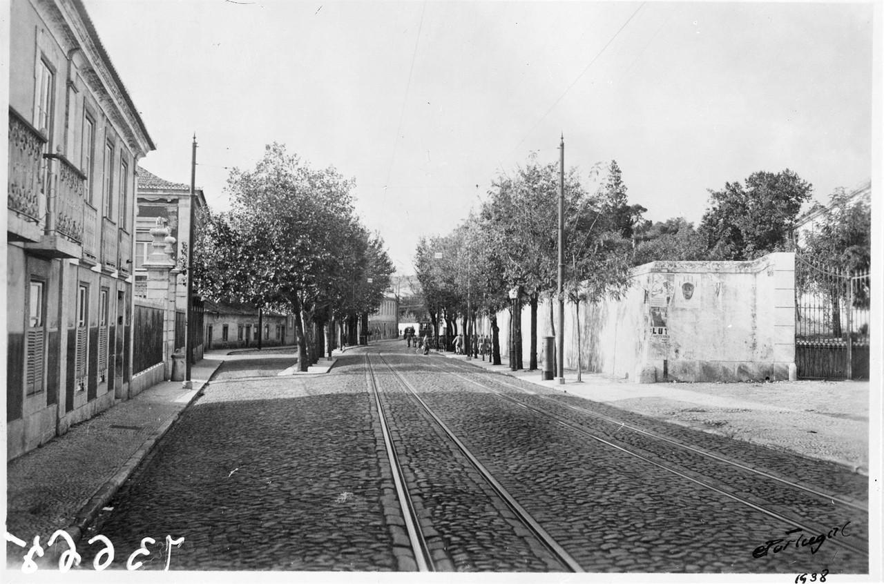 Rua de Pedrouços, à direita o portão de entrada