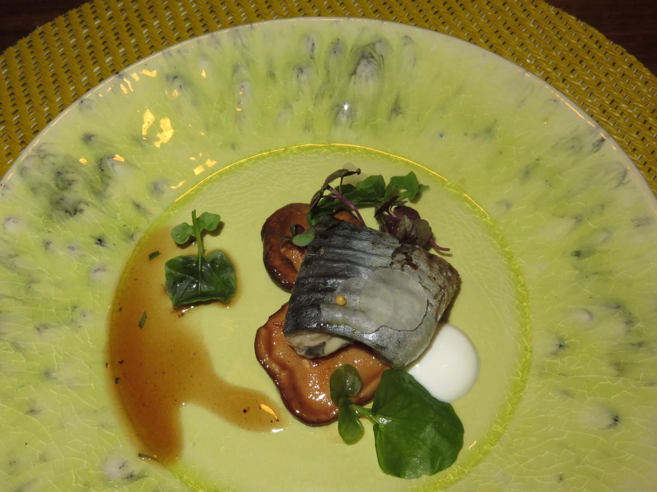 A LAMPREIA GRELHADA, cogumelos shitake e iogurte de amêndoa