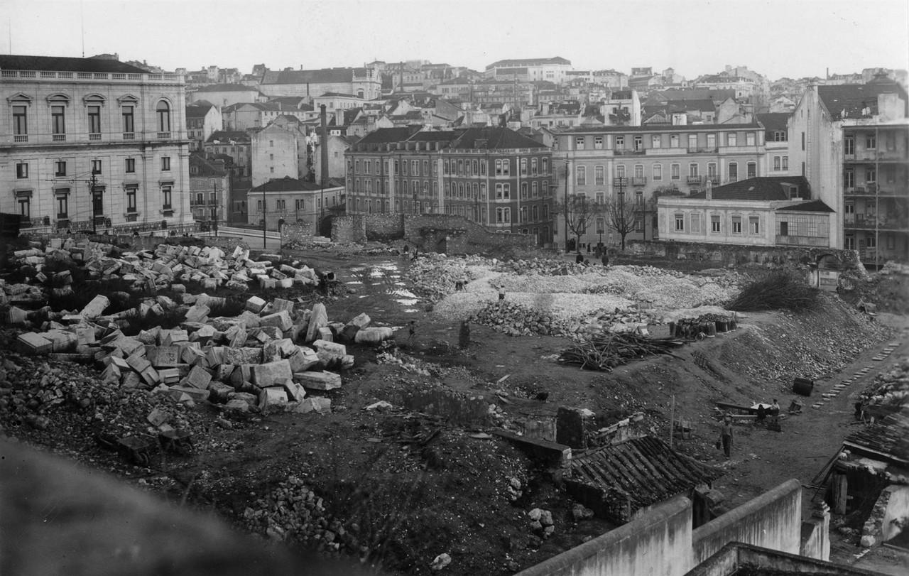 Pedras provenientes da demolição do Arco de São