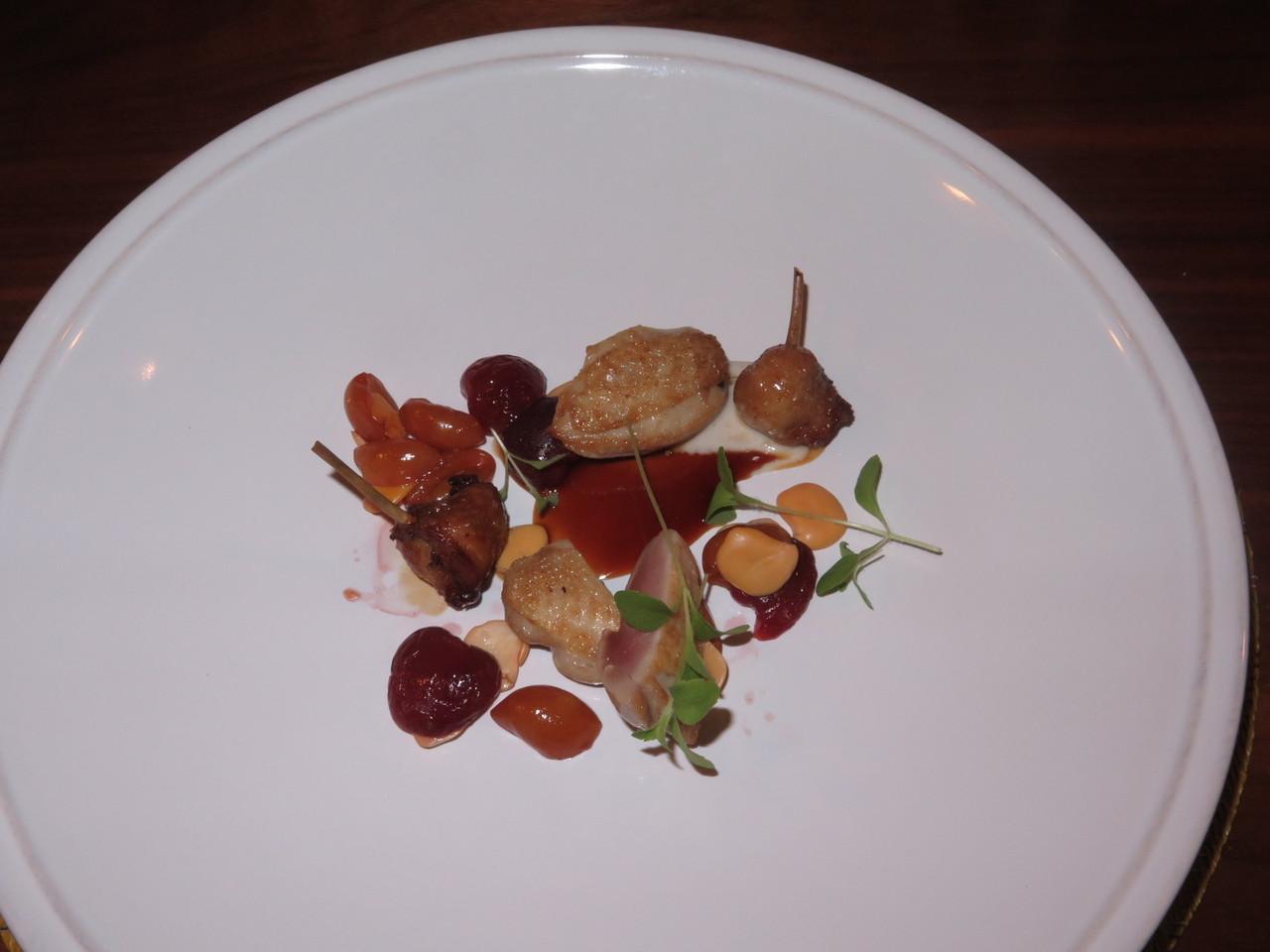 Carne – Tremoço salgado, codorniz, cereja e molho de massa azeda