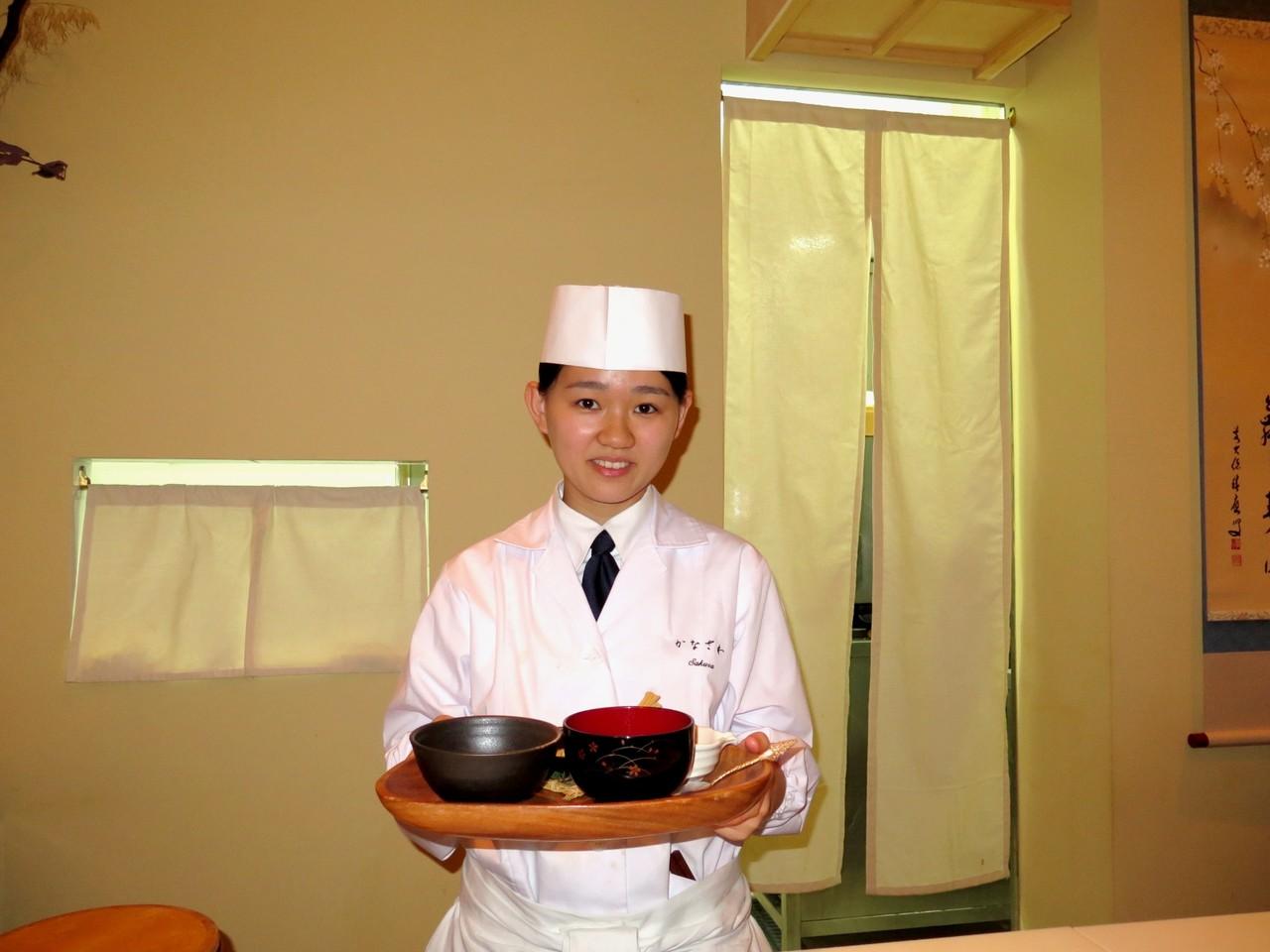 Sakura e a bandeja (oshiki) que abriu o menu de degustação do KANAZAWA
