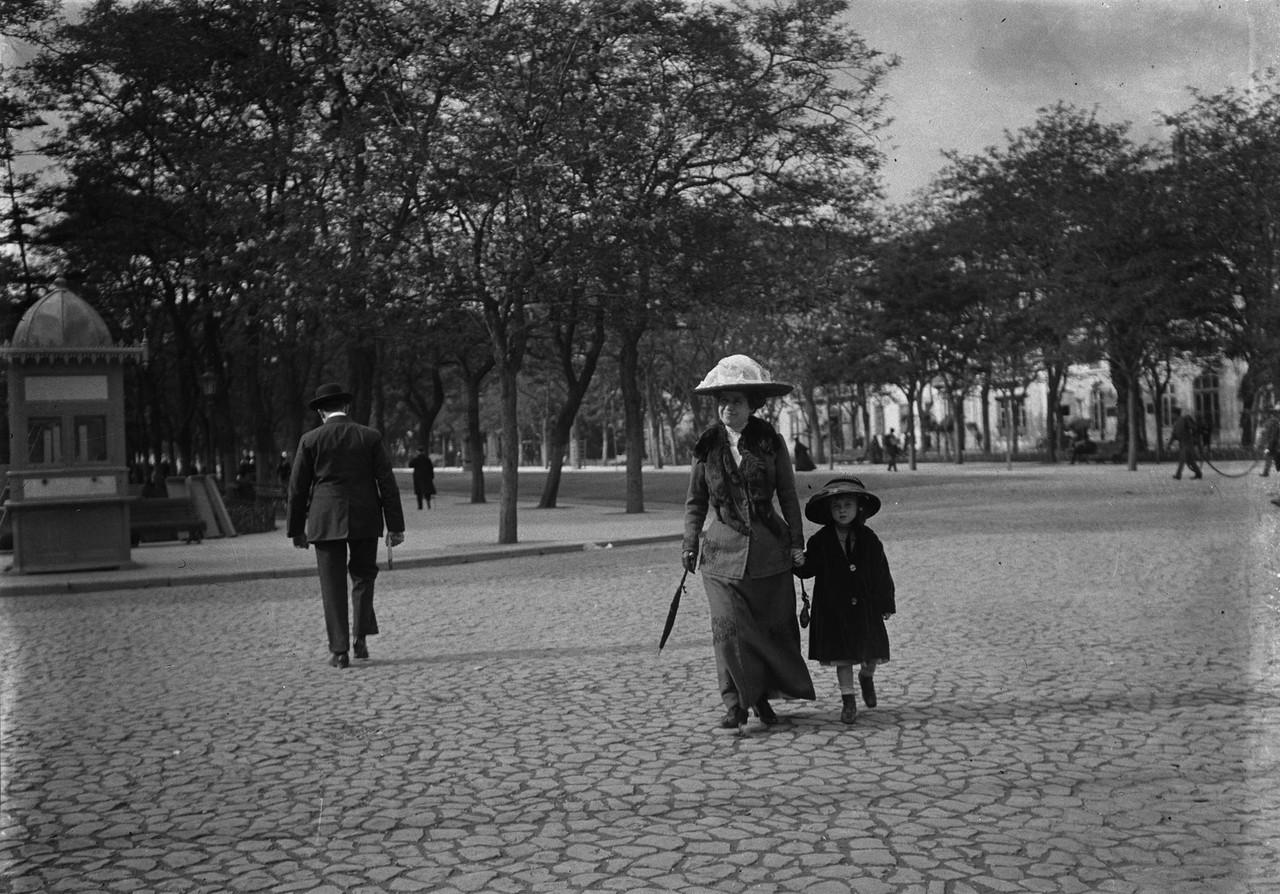 Senhora com criança na avenida da Liberdade, 1912