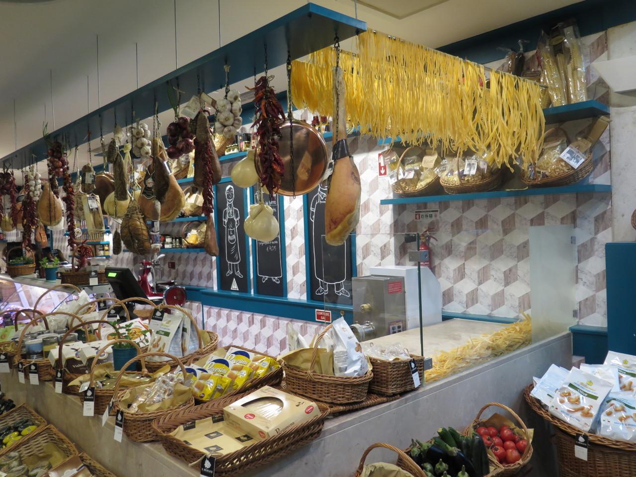 O restaurante tem uma loja que recria os mercados italianos