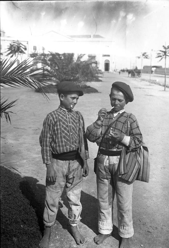 Ardinas vendedores de jornaes, Lisboa (P. Guedes, c. 1900)