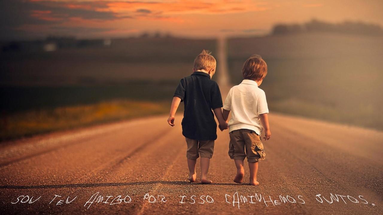 Amigos caminham juntos.jpg