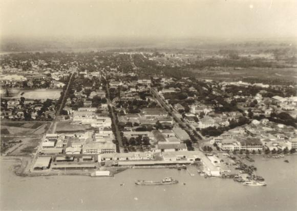 Vista aérea de Bissau, Guiné (S.E.I.T. 323530, cx.445, env. 29)