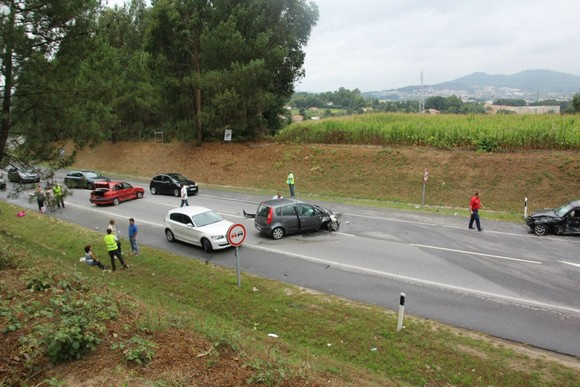 Seis feridos em aparatoso acidente esta manhã na