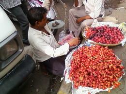 venderores na rua a vender tâmaras e ameixas
