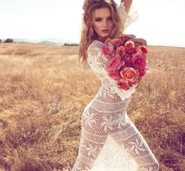 Menina em vestido de renda com ramo de rosas