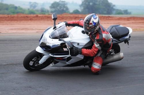 301d13494d No conjunto ciclístico a grande novidade é a suspensão dianteira com  múltiplas opções de regulagens. Um dos desafios dos engenheiros é fazer a  moto ficar ...