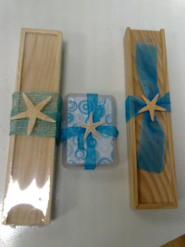 Mini jogos (dominó, damas, mini baralhos de cartas, ludo, jogo do galo) com decoração tema mar ou outros.