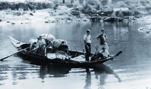Amela, Boelhe, 1961, travessia de barca dos moleiros e dos seus animais carregados com cereal ou farinha (autor desconhecido)