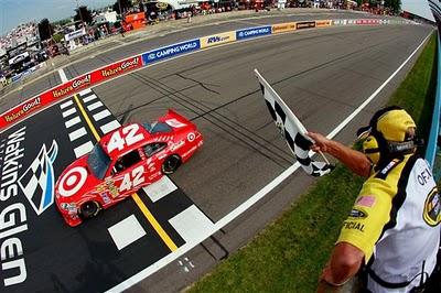 Uma imagem de uma das emotivas corridas de NASCAR, nos EUA...