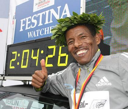 O etíope quando estabeleceu o recorde da maratona, em Berlim...
