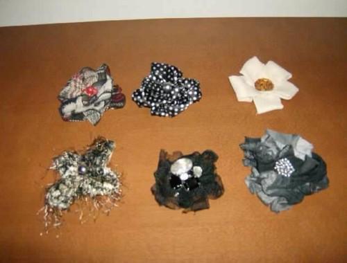 Pregadeiras em tecido de vários tons e aplicações de pedras.