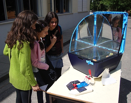 Forno SunCook e modelo de barco com alimentação fotovoltaica
