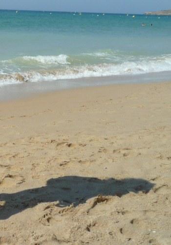 Ela na praia
