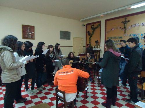 O grupo de jovens entusiasmados a cantar