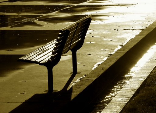 ninguém sentado num banco ilimunado