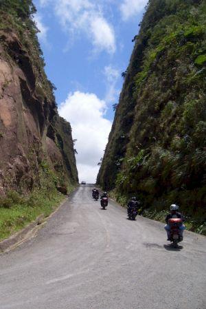 Trecho da estrada no meio da pedra, construido numa época em que não existiam máquinas